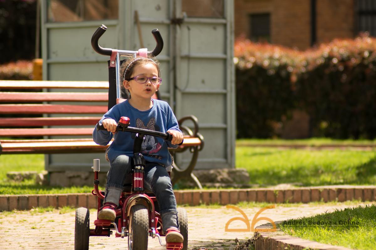 Verónica montando en triciclo. Parque dos, recorrido de parques
