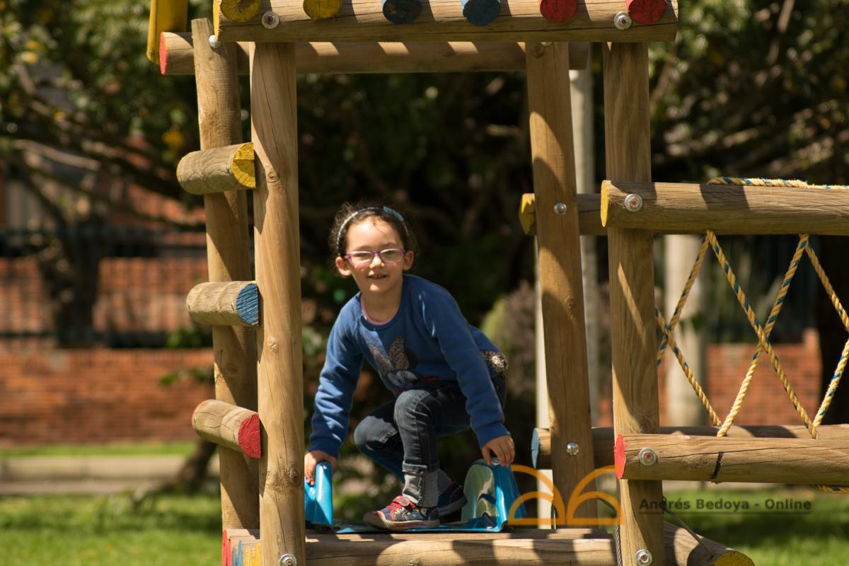 Verónica jugando en las atracciones de madera. Parque cuatro, recorrido de parques